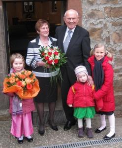 Ehepaar Schade mit seinen Enkelinnen